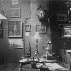 """De foto's van zijn atelier: 5 schilderijen hierop herkend, de andere zijn nog """"zoek"""""""