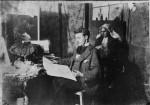 17-atelier: Henk voor het schilderij waarmee hij de Willinck Van Collen prijs won in 1904: Oude Vrouw