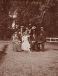 Gezin/familie: achterste rij rechts: Henk; voorste rij midden in het wit misschien Wien en man Karel