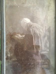 Oude vrouw warmt haar handen
